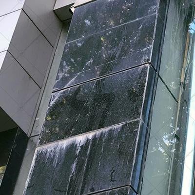 رسوب ایجاد شده بر روی سنگ نمای ساختمان